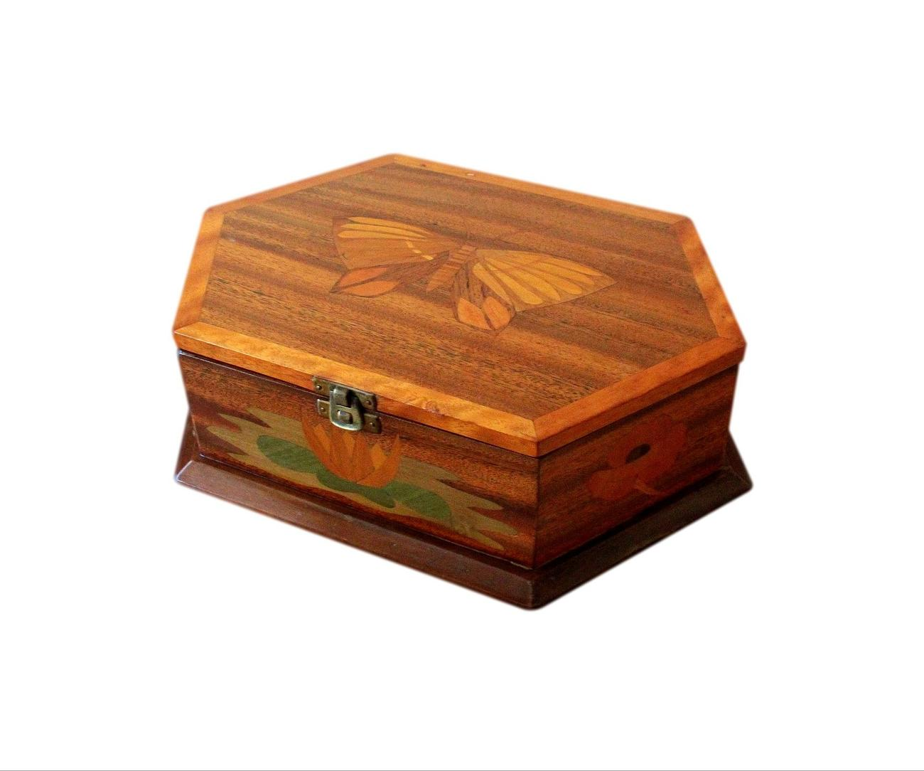 Large_profusely_inlaid_jewellery_box.jpg