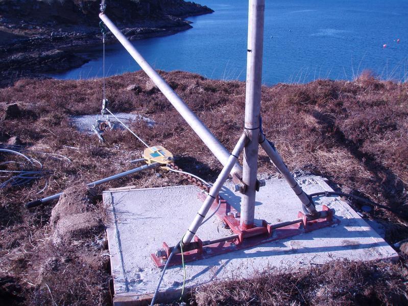 Wind turbine mast hinge